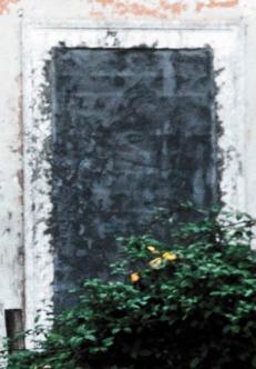 Finestre e porte del pianterreno della Casetta del Custode sono state murate .
